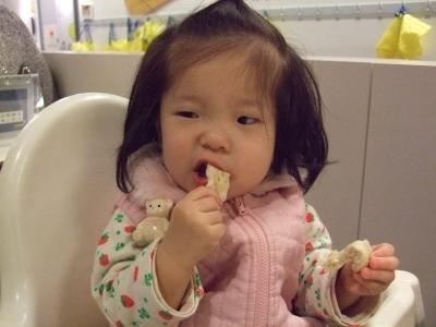 s-イケアでパンを食べるアン子.jpg